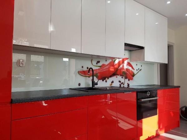 nowoczesna kuchnia z białymi i czerwonymi blatami