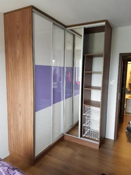 szafa z drzwiami przesuwnymi biało-fioletowa w drewnianej obudowie