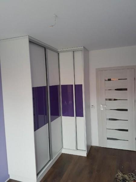 szafa z drzwiami przesuwnymi biało-fioletowa